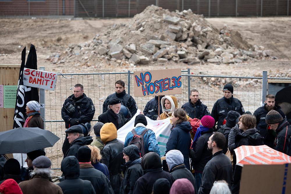"""Mehrere hundert Menschen protestieren in Berlin Kreuzberg gegen den Neubau eines Hotel / Hostels an der Kreuzung Skalitzer Straße und Mariannenstrasse und für bezahlbaren Wohnraum. Laut Anwohnerinitiative """"No Hostel36"""" plant die Ideal-Versicherung auf dem Areal den Bau eines Hostels und Hotels mit insgesamt 750 Betten und Busparkplätzen. Demonstrantin mit Schild: No Hostel36.  <br /> <br /> [© Christian Mang - Veroeffentlichung nur gg. Honorar (zzgl. MwSt.), Urhebervermerk und Beleg. Nur für redaktionelle Nutzung - Publication only with licence fee payment, copyright notice and voucher copy. For editorial use only - No model release. No property release. Kontakt: mail@christianmang.com.]"""