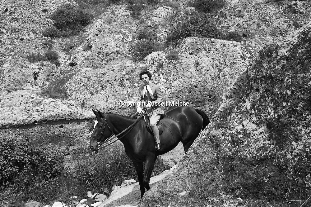 Princess Anne riding a horse outside of Rome during the same visit.<br /> <br /> La Princesse Anne  sur son cheval dans les environs de Rome, durant sa visite.