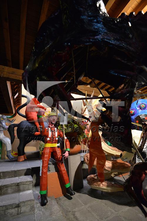 Toluca, México.- (Marzo 07, 2018).- Como es tradición ya desde hace 25 años comenzaron a llegar los judas al Museo Taller Nishizawa, para participar en el Concurso de Judas, en esta ocasión los artesanos trabajaron temas como las elecciones, el accidente de helicóptero en Oaxaca, rescatistas por el sismo del 19 de septiembre, vicios, políticos entre otros, el concurso se realizara el 10 de Marzo, y el recorrido por las calles de Toluca el 24, terminado con la quema de 30 judas el próximo 31 de Marzo. Agencia MVT / Crisanta Espinosa.