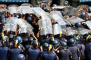Miembros de la Policía Metropolitana, se protegen frente a estudiantes venezolanos durante una marcha realizada en Caracas hoy, 1 de noviembre de 2007, en rechazo al proyecto de reforma constitucional impulsado por el presidente venezolano, Hugo Chávez para diciembre próximo. Las diferentes marchas llegaron hasta la sede del Poder Electoral. (ivan gonzalez)..