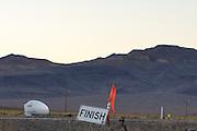 Todd Reichert in de Eta van Aerovelo. In Battle Mountain (Nevada) wordt ieder jaar de World Human Powered Speed Challenge gehouden. Tijdens deze wedstrijd wordt geprobeerd zo hard mogelijk te fietsen op pure menskracht. Ze halen snelheden tot 133 km/h. De deelnemers bestaan zowel uit teams van universiteiten als uit hobbyisten. Met de gestroomlijnde fietsen willen ze laten zien wat mogelijk is met menskracht. De speciale ligfietsen kunnen gezien worden als de Formule 1 van het fietsen. De kennis die wordt opgedaan wordt ook gebruikt om duurzaam vervoer verder te ontwikkelen.<br /> <br /> Todd Reichert in the Eta by Aerovelo. In Battle Mountain (Nevada) each year the World Human Powered Speed Challenge is held. During this race they try to ride on pure manpower as hard as possible. Speeds up to 133 km/h are reached. The participants consist of both teams from universities and from hobbyists. With the sleek bikes they want to show what is possible with human power. The special recumbent bicycles can be seen as the Formula 1 of the bicycle. The knowledge gained is also used to develop sustainable transport.