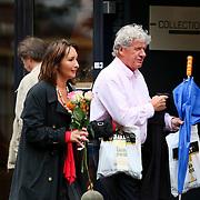 NLD/Laren/20080719 - Willibrord Frequin en partner Susan Rastin winkelend in Laren NH