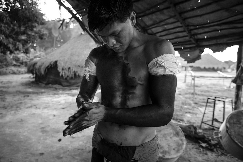 Preparação ornamental para danças rituais. Aldeia Ipatse, etnia Kuikuro, Alto Xingu.