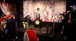 Torcedores do Internacional, se posicionam para foto próximo ao troféu da Copa Libertadores durante sua exposição no Estádio Beira Rio em Porto Alegre em 16 de agosto de 2010, dois dias antes do final do campeonato. Internacional enfrentará Chivas de Guadalajara do México no jogo da segunda mão da final, com a vantagem de ter vencido o primeiro jogo 2-1 como visitante. FOTO: Jefferson Bernardes/Preview.com