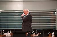 DEU, Deutschland, Germany, Berlin, 14.10.2020: Bundesinnenminister Horst Seehofer (CSU) nimmt sich seine Mund-Nase-Bedeckung ab vor Beginn der 116. Kabinettsitzung im Bundeskanzleramt. Aufgrund der Coronakrise findet die Sitzung derzeit im Internationalen Konferenzsaal statt, damit genügend Abstand zwischen den Teilnehmern gewahrt werden kann.