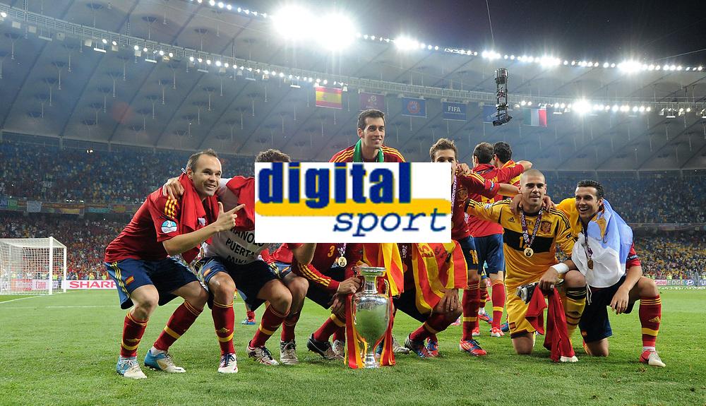 Fotball<br /> EM 2012<br /> Finale<br /> Spania v Italia<br /> 01.07.2012<br /> Foto: Witters/Digitalsport<br /> NORWAY ONLY<br /> <br /> v.l. Andres Iniesta, Cesc Fabregas, Gerard Pique, Xavi, Jordi Alba, Torwart Victor Valdes (Spanien)<br /> Fussball EURO 2012, Finale, Spanien - Italien 4:0, Siegerehrung