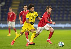 Lucas Andersen (Danmark) følges af Jens-Lys Cajuste (Sverige) under venskabskampen mellem Danmark og Sverige den 11. november 2020 på Brøndby Stadion (Foto: Claus Birch).