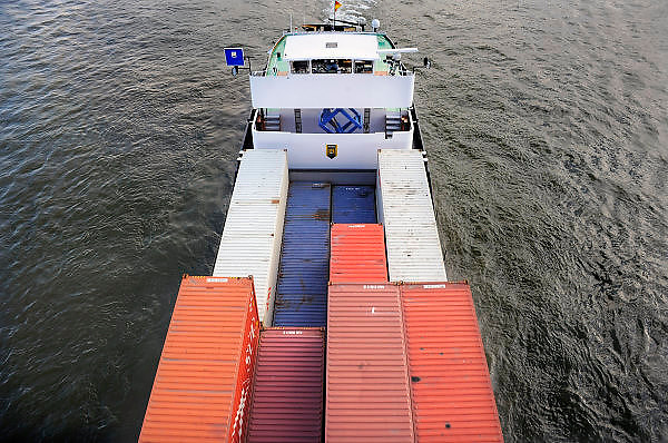 Nederland, Nijmegen, 13-10-2009Een binnenvaartschip met containers vaart over de rivier de Waal langs de stad Nijmegen. Foto: Flip Franssen/Hollandse Hoogte