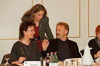 22.03.1999, Deutschland/Bonn:<br /> Angelika Beer, B90/Grüne Verteidigungspolitische Sprecherin d. BT-Fraktion, Antje Radcke, B90/Grüne Sprecherin des Bundesvorstndes, und Jürgen Trittin, Bundesumweltminister, vor Beginn der Sitzung Bündnis 90 / Die Grünen Parteirat, Hotel Bristol, Bonn<br /> IMAGE: 19990322-01/01-33<br /> KEYWORDS: Juergen Trittin