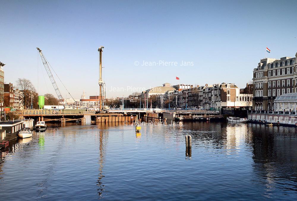 Nederland, Amsterdam , 3 februari 2011..Werkzaamheden aan de Hogesluisbrug bij het Amstel hotel..Foto:Jean-Pierre Jans