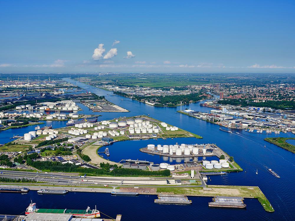 Nederland, Noord-Holland, Gemeente Amsterdam; 02-09-2020;  overzicht Amsterdam IJ,  overgaand in Noordzeekanaal. Tweede Coentunnel. Coentunnelweg (A10, Einsteinweg) in de voorgrond. Petroleumhaven, op het tweede plan. Westpoort, Westelijk havengebied. Noordzeekanaal. Door het zeer heldere weer zijn ook IJmuiden aan de verre horizon en de Noordzee te onderscheiden.<br /> Overview Amsterdam river IJ, merging into the North Sea Canal. Second Coentunnel, Petroleumhaven, Westpoort, Western harbor area. North Sea Canal. Due to the very clear weather, IJmuiden on the distant horizon and the North Sea can also be distinguished.<br /> <br /> luchtfoto (toeslag op standaard tarieven);<br /> aerial photo (additional fee required)<br /> copyright © 2020 foto/photo Siebe Swart