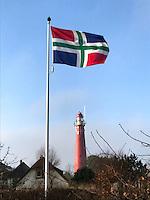 SCHIERMONNIKOOG - Vuurtoren met vlag van de provincie Groningen. COPYRIGHT KOEN SUYK