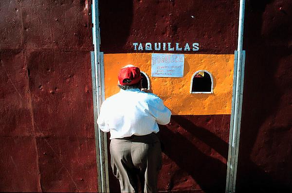 Spanje, Extremedura,1999Bezoeker van stierengevecht koopt kaartje aan het loket van een reizende arenaFoto: Flip Franssen/Hollandse Hoogte