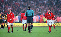 Dejected England players goalkpeeper David Seaman, Paul Scholes and Nick Barmby leave the field after the defeat by Germany. England 0:1 Germany, FIFA World Cup 2002 Qualifier Group Nine, Wembley Stadium, 7/10/2000. Credit: Colorsport / Stuart MacFarlane.