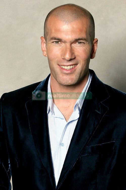 May 20, 2007 - Paris, France - ZINEDINE ZIDANE poses with his trophy as the French Professional Footballers Union (UNFP) announce their annual awards. (Credit Image: © A Bibard/FEP/Panoramic/ZUMA Press)