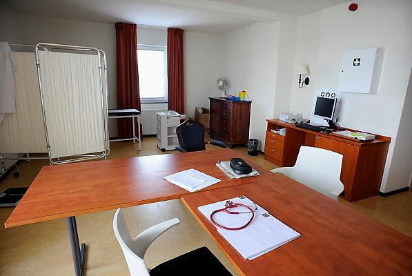Nederland, Epen, 23-4-2008..Privé afkickkliniek U-center in de heuvels van Limburg. De kliniek werkt samen met het academisch ziekenhuis van de universiteit in Maastricht en is gevestigd in een voormalig hotel. Op de foto de spreekkamer, onderzoekskamer van een arts...Foto: Flip Franssen