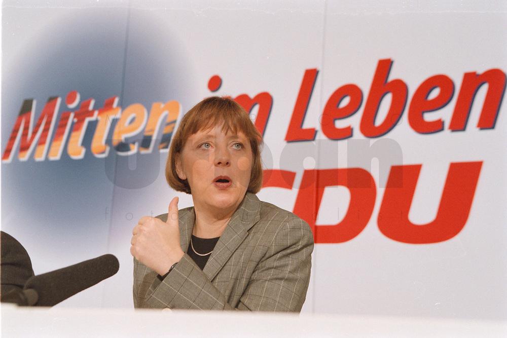 """10.01.1999, Deutschland/Bonn:<br /> Angela Merkel, CDU Generalsekretärin, mit dem neuen CDU Slogan """"Mitten im Leben"""" während der Pressekonferenz nach der Klausurtagung des CDU-Bundesvorstandes, Konrad-Adenauer-Haus, Bonn<br /> IMAGE: 19990110-01/01-25"""