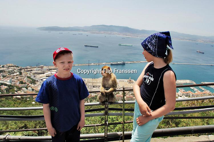 Spanje, Gibraltar, 25-9-2017Engelse toeristen doen een toer met een busje. Onderweg wordt gestopt bij de apenkolonie bovenop de rots. De rots is een historisch en strategisch punt. Geschiedenis, koude oorlog.Britse kroonkolonie. Spanje wil de rots terug.Foto: Flip Franssen