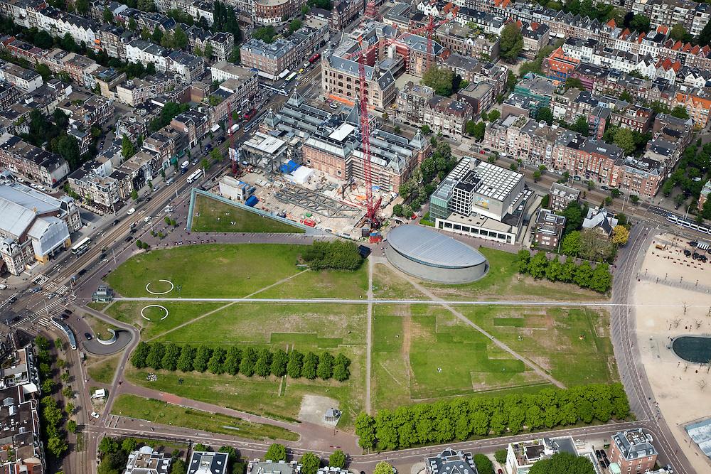 Nederland, Amsterdam, Amsterdam-Zuid, 25-05-2010. Museumplein, met Concertgebouw (l), Stedelijk Museum met bouwput en kraan) en het Van Gogh Museum (met nieuwe vleugel).Museumplein, with the Concertgebouw (l), Stedelijk Museum with excavation and crane and Van Gogh Museum (with new wing). .luchtfoto (toeslag), aerial photo (additional fee required).foto/photo Siebe Swart