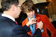 Bijeenkomst van de medaillewinnaars in de Lairessezaal (Ridderzaal).<br /> <br /> Op de foto:  Medaillewinnaar Mark Tuitert wordt woensdag in de Ridderzaal door demissionair minister Ab Klink (Volksgezondheid, Welzijn en Sport) benoemd tot ridder in de Orde van de Nederlandse Leeuw.  Orde van de Nederlandse Leeuw