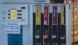 THEMENBILD - eingeschränkte Öffnungszeiten während des Lockdowns in der Corona-Pandemie sind an einer Zapfsäule angeschlagen, geöffnet, aufgenommen am 03. Dezember 2020, Kaprun, Österreich // restricted opening hours during the lockdown in the Corona pandemic are posted on a petrol pump on 2020/12/03, Kaprun, Austria. EXPA Pictures © 2020, PhotoCredit: EXPA/ Stefanie Oberhauser