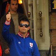 NLD/Amsterdam/20060625 - Robbie Williams verlaat het hotel in Amsterdam voor een laatste optreden van zijn show, beveiliging