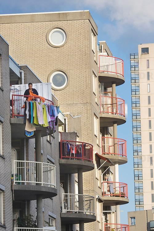 Nederland Giessen 24 September 2009 20090924 .Een vrouw hangt de was te drogen op droogrek op balkon in wijk kralinger esch.                              .A woman doing the laundry..Foto: David Rozing