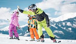 THEMENBILD - ein Skilehrer unterrichtet zwei Kinder, aufgenommen am 27.03.2014 in Kaprun, Österreich // a ski instructor teaches two children, Kaprun, Austria on 2014/03/27. EXPA Pictures © 2014, PhotoCredit: EXPA/ JFK