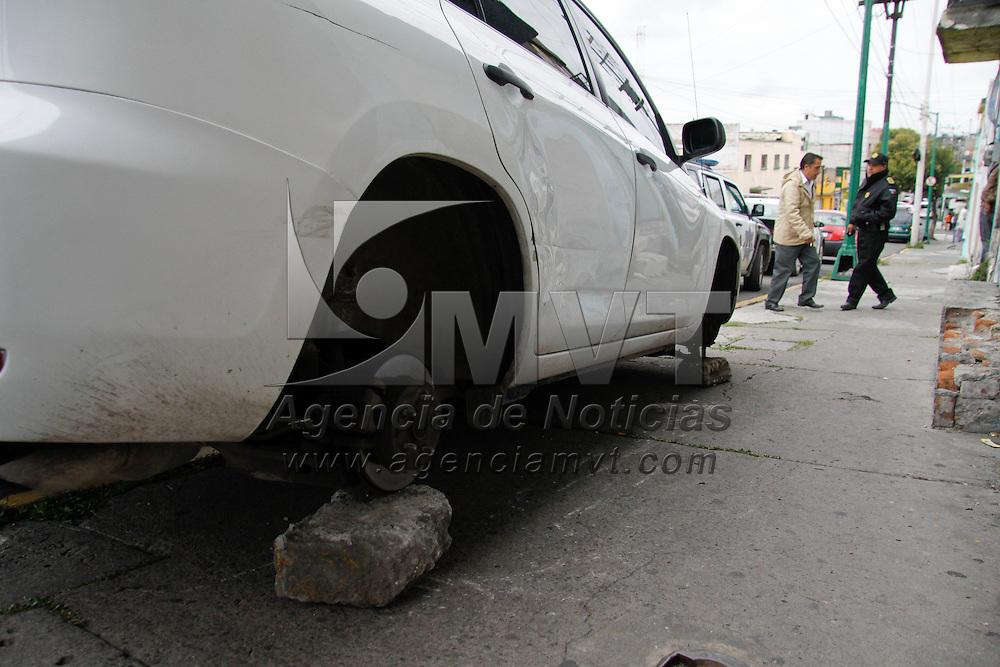 Toluca, México.- Policías municipales de Toluca  detuvieron a dos personas en la colonia  Niños Héroes  que se encontraban desbalijando una camioneta robada en el Distrito Federal, fueron remitidos al Ministerio Público. Agencia MVT / Crisanta Espinosa