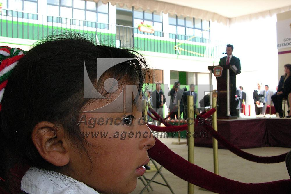 """Temoaya, Mex.- Estudiante indigena escucha a Enrique Peña Nieto, Gobernador del Estado de Mexico, durante la ceremonia de inicio del ciclo escolar 2006-2007, en la Primaria Federalizada Indigena """"Ignacio Zaragoza"""". Agencia MVT / Ginarely Valencia A. (DIGITAL)<br /> <br /> NO ARCHIVAR - NO ARCHIVE"""