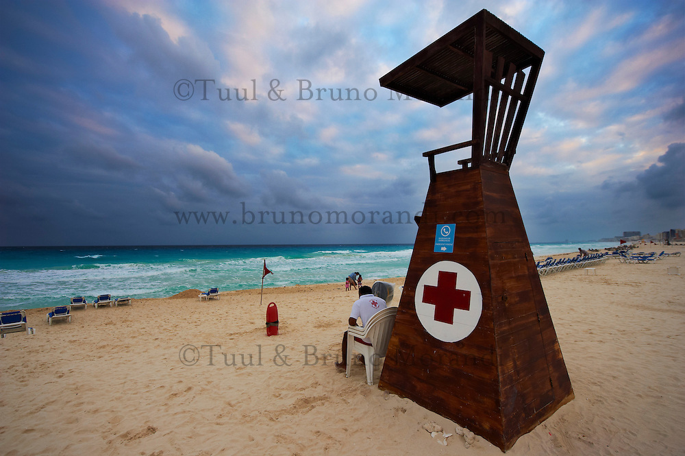 Mexique, Etat du Quintana Roo, Riviera Maya, Cancun, zone hoteliere, siege des maitres nageurs sur la plage // Mexico, Quintana Roo State, Riviera Maya, Cancun, hotel zone, watcher seat at the beach