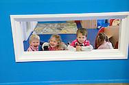 Nederland, Helmond, 20091111...Kinderdagverblijf de Bereboot is een nieuw kdv dat is gestart op een landgoed in een mooie ruime en groene omgeving. ..Kinderen door een omlijsting gefotografeerd....Netherlands, Helmond, 20091111. ..Childcare, The nursery the Bear boot is on an estate in a beautiful and spacious green surroundings.    ..