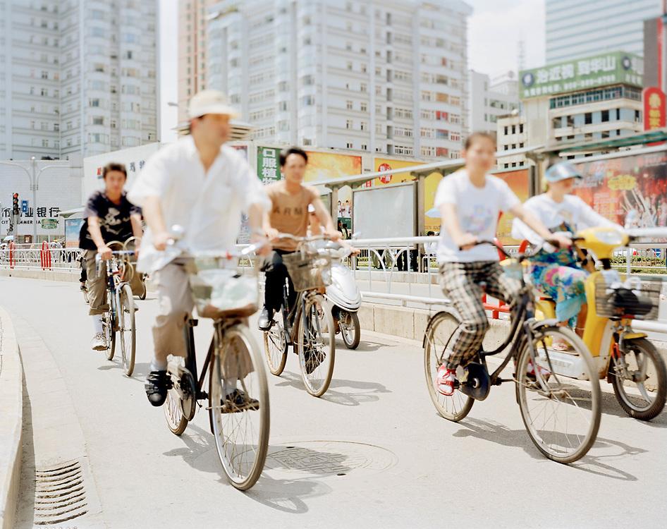 """Kunming (Yunnan, Cina) - """"Pesantamente Fuori Fuoco"""": traffico di ciclisti."""