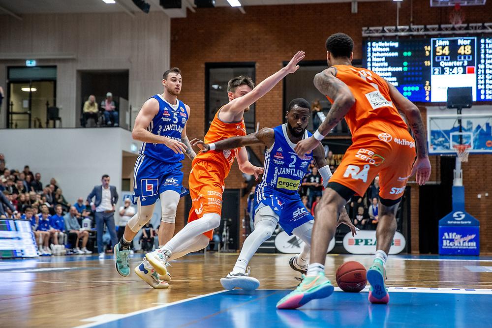 ÖSTERSUND 20211007<br /> Jämtlands CJ Wilson i kamp med två Dolphinsspelare under torsdagens match i basketligan mellan Jämtland Basket och Norrköping Dolphins.<br /> Foto: Per Danielsson / Projekt.P