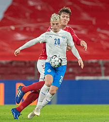 Albert Guðmundsson (Island) og Jannik Vestergaard (Danmark) under kampen i Nations League mellem Danmark og Island den 15. november 2020 i Parken, København (Foto: Claus Birch).