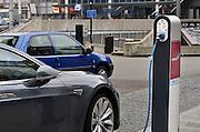 Nederland, Den Bosch, shertogenbosch, 6-9-2014De eigenaar van deze Tesla elektrisch aangedreven auto laadt zijn voertuig op bij een laadpaal van Essent bij het ns station. Op de paal staat echter dat deze uitsluitend bedoeld is voor autos van Green Wheels. De eigenaar is dus in overtreding, en vertoont asociaal gedrag.De kans is groot dat de paal niet oplaadt omdat er eerst een pasje, pas, van greenwheels uitgelezen moet worden.FOTO: FLIP FRANSSEN/ HOLLANDSE HOOGTE