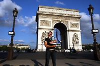 Tennis<br /> Foto: imago/Digitalsport<br /> NORWAY ONLY<br /> <br /> 10.06.2007<br /> <br /> Justine Henin (Belgien), Gewinnerin der French Open 2007, präsentiert vor dem Arc de Triomphe ihren Pokal