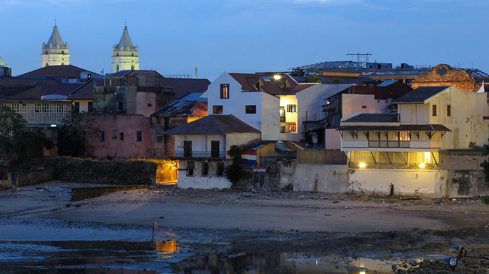 Una noche de Panamá / Ciudad de Panamá.<br /> <br /> Edición de 3 | Víctor Santamaría.