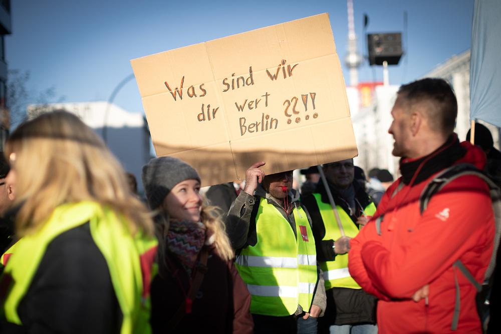 Warnstreik Berliner Verkehrsbetriebe: Nach ergebnislosen Tarifverhandlungen für die Beschäftigen der BVG und BT (Berlin Transport) ruft die Gewerkschaft Verdi zu einem Warnstreik von Betriebsbeginn bis 12:00 Uhr auf. Auf der zentralen Steikkundgebung vor der BVG-Hauptverwaltung in der Holzmarktstraße in Berlin Mitte demonstrieren mehrere tausend Beschäftigte. Demonstrant mit Schild: Was sind wir dir wert Berlin ??!!<br /> <br /> [© Christian Mang - Veroeffentlichung nur gg. Honorar (zzgl. MwSt.), Urhebervermerk und Beleg. Nur für redaktionelle Nutzung - Publication only with licence fee payment, copyright notice and voucher copy. For editorial use only - No model release. No property release. Kontakt: mail@christianmang.com.]