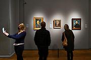 Nederland, Amsterdam, 29-10-2020 Interieur van het Rijksmuseum in de hoofdstad . Onder de beroemde schilderijen en schilders van de collectie is Vincent van Gogh met o.a. een zelfportret . Een bezoeker met mondkapje vanwege de corona maakt een selfie .Foto: ANP/ Hollandse Hoogte/ Flip Franssen
