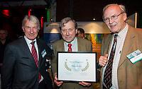 UTRECHT - NVG Congres 2017. Pieter Aalders, voormalig manager van de Kennemer Golf Club , ontving de NVG Award 2017.  links NVG voorzitter Tinus Vernooij, rechts Lout Mangelaar Meertens.  FOTO © Koen Suyk