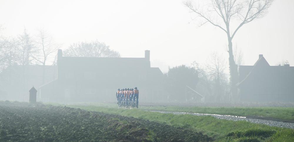 Belgie, Vlaanderen, 28-03-2012.<br /> Wielrennen.<br /> De Rabobank wielerploeg traint in de ochtend mist op het nieuwe parcours van de Ronde van Vlaanderen.<br /> Foto : Klaas Jan van der Weij