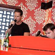 NLD/Amsterdam/20190228 - Opening Holland Zingt Hazes 2019 Backstage Cafe, Danny de Munk en Jeroen van der Boom zingen samen