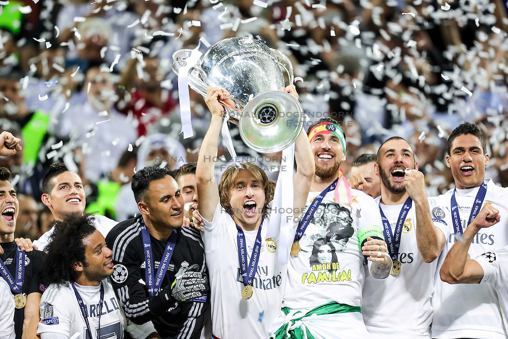 28-05-2016 ITA, UEFA CL Final, Atletico Madrid - Real Madrid, Milaan<br /> Luka Modric of Real Madrid and other players celebrate with a Trophy<br /> <br /> ***NETHERLANDS ONLY***
