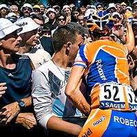Frankrijk, Pau, 26-07-2007.<br /> Wielrennen, Tour de France, 17e etappe<br /> Michael Boogerd van de Rabobank-ploeg, roept een toeschouwer bij de start die hem de hele zat te sarren met opmerkingen over doping i.v.m. het vertrek van Rasmussen uit de Tour, om hem  vervolgens een knal te verkopen.<br /> Foto: Klaas Jan van der Weij