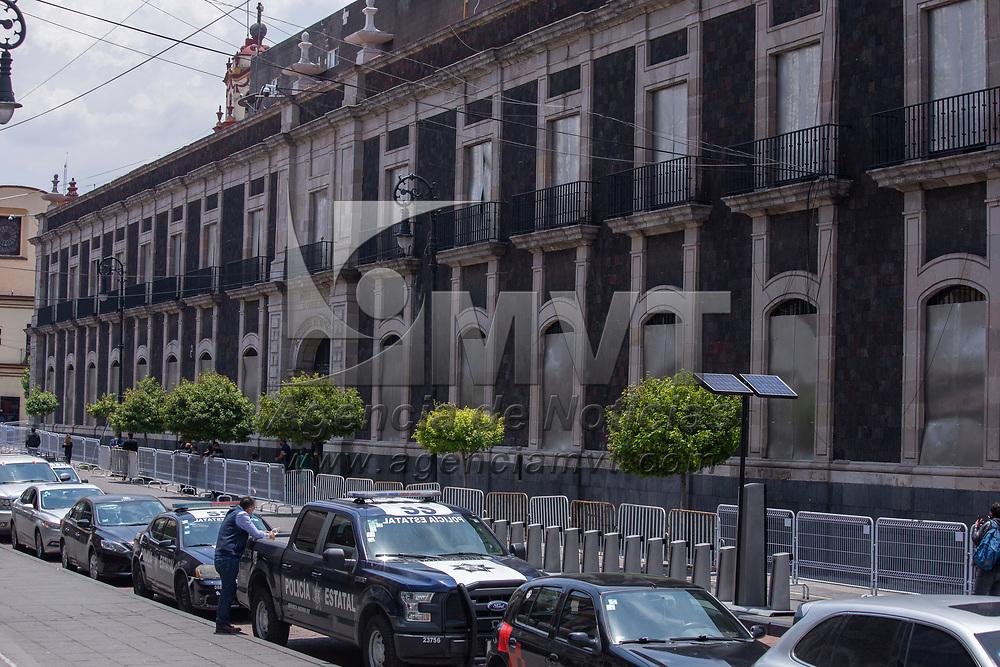 Toluca, México.- En las ventanas del edificio del Congreso del Estado de México ó Cámara de Diputados han sido colocadas placas de metal con el fin de protegerlo de posibles ataques y actos vandálicos. Agencia MVT / Jesús Mendoza.