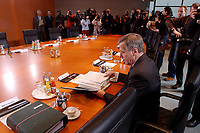 15 JAN 2003, BERLIN/GERMANY:<br /> Wolfgang Clement, SPD, Bundeswirtschaftsminister, mit Journalisten am noch leeren Kabinettstisch, vor Beginn der Kabinettsitzung, Bundeskanzleramt<br /> IMAGE: 20030115-01-002<br /> KEYWORDS: Kabinett, Sitzung, Kamera, Camera, Fotografen, photographer, Journalist