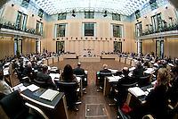 13 FEB 2004, BERLIN/GERMANY:<br /> Uebersicht Plenarsaal waehrend einer Bundesratsdebatte, Bundesrat<br /> IMAGE: 20040213-01-053<br /> KEYWORDS: Sitzung, Plenum, Plenarsaal, Saal, Übersicht
