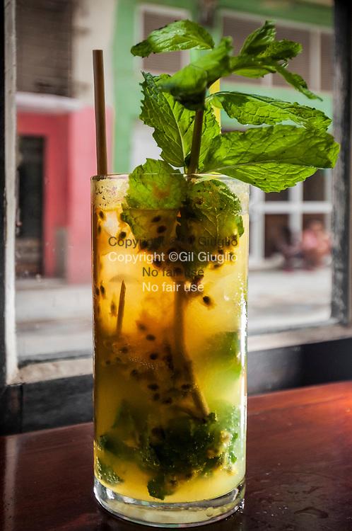 Cuba, La Havane, quartier Habana Vieja, cocktail mojito fuits dans bar à cocktails speakeasy O'reilly 304 // Cuba, Havana, Habana Vieja quarter , fruit mojito cocktail in O'reilly 304 cocktails bar and speakeasy trendy bar