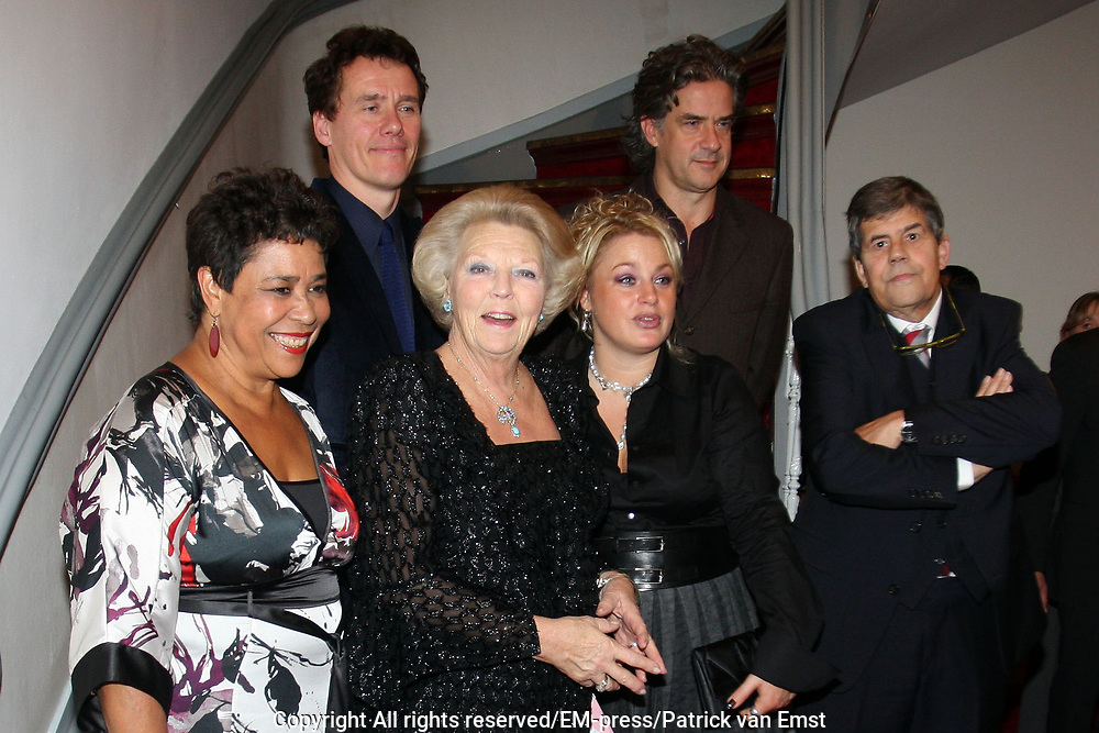 Koningin Beatrix  in de Leidse Schouwburg  bij de première van De Afscheidsmonologen